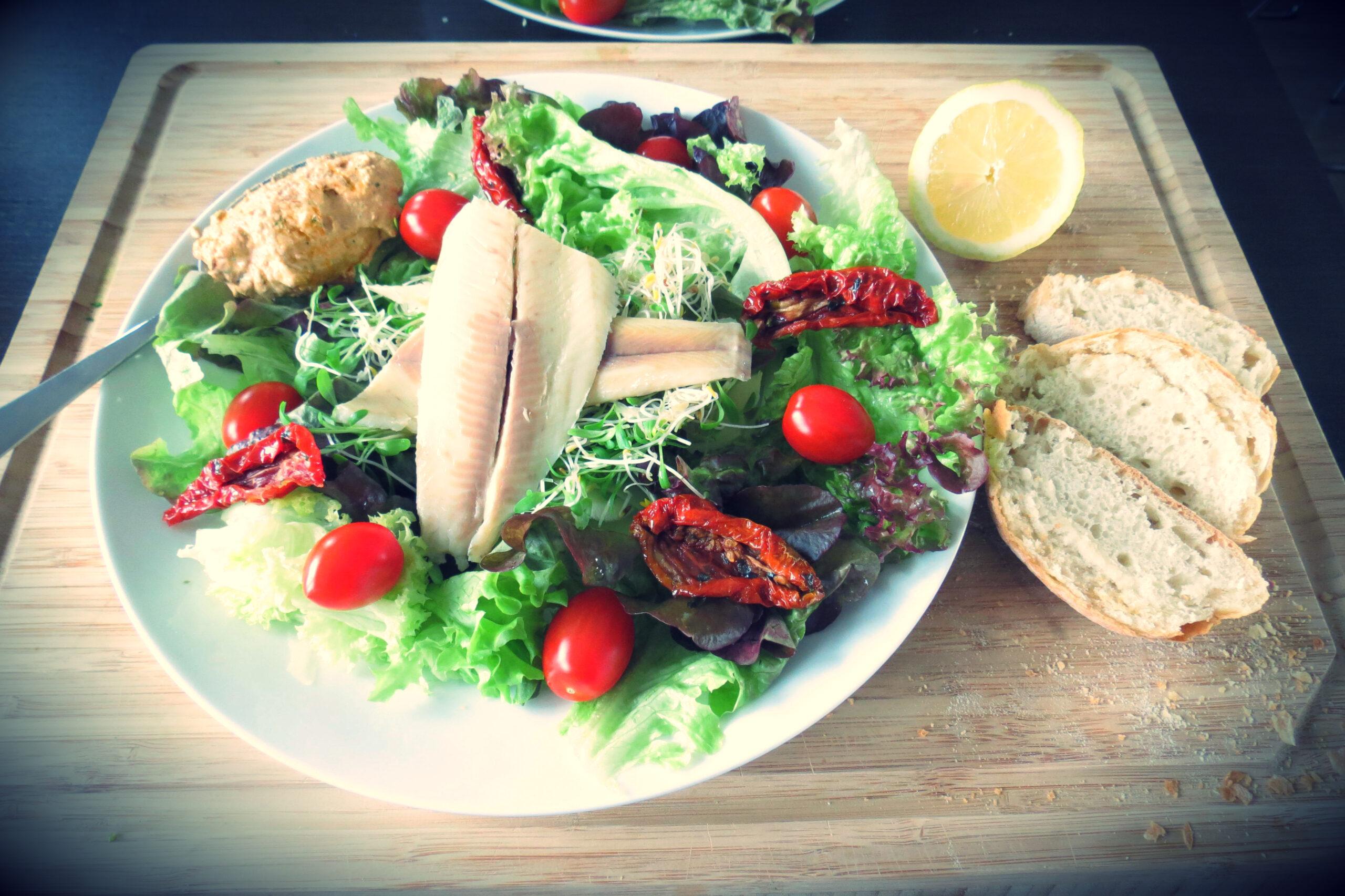 Fris slaatje met gerookte forel en cottage-cheese dressing